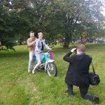 Tässä Olavi Savon XPress -lehden toimittaja/kuvaajan tehtävissä Savonia AMK:n puistossa...